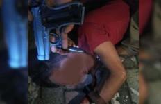 Todong Polisi dengan Senjata Soft Gun, Firman Junius Diamuk Massa Jadi Kayak Begini - JPNN.com