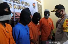 Ya Ampun, Para Demonstran Membuang Masker Pemberian Polisi - JPNN.com