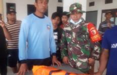 Anggota Kopaska TNI AL Sertu Ikhwan Selamatkan Warga yang Terseret Banjir - JPNN.com