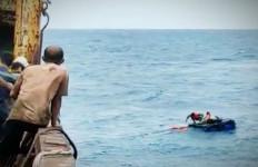 Lihat, 6 Kru KLM Armada Bahari Mulya Ditemukan Kapal Kargo Terapung di Laut Jawa - JPNN.com