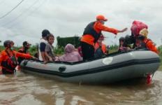 Ratusan Rumah di Makassar Terendam Banjir, Tim SAR Gabungan Sigap Evakuasi Warga - JPNN.com