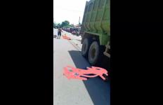 Dihantam Dump Truck, Sekeluarga Tewas di Tempat, Ngeri - JPNN.com