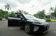 Lihat Kang Emil Bergaya di Samping Mobil Listrik Hyundai - JPNN.com