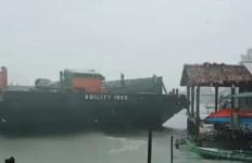 Cuaca Ekstrem, Gelombang Besar Dorong Kapal Tongkang Tabrak Rumah Warga - JPNN.com