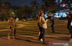 Lihat, Tim Gabungan Bubarkan Kerumunan Warga di Lapangan Merdeka - JPNN.com