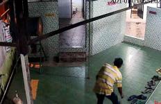 Sandal Jemaah Masjid Sering Hilang, Ini Pelakunya Terekam CCTV, Lihat Gayanya - JPNN.com