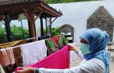 Bu Khofifah Mencuci dan Menjemur Baju, Lihat Itu Fotonya - JPNN.com
