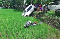Kecelakaan Maut, Mobil dan Sepeda Motor Terjun ke Sawah, Satu Nyawa Melayang - JPNN.com