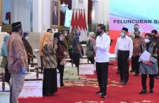 Jokowi Sampaikan Dua Pesan Saat Peluncuran Bantuan Tunai se-Indonesia 2021 - JPNN.com