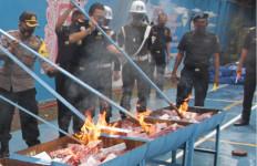 Bea Cukai Musnahkan 2,4 Juta Batang Rokok dan Barang Ilegal - JPNN.com