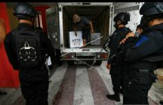 Lihat, Brimob Bersenjata Mengawal Ketat Kedatangan Vaksin Sinovac di Sulteng - JPNN.com