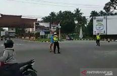 Polisi Lalu Lintas Diserang saat Berjaga di Lampu Merah, Videonya Viral - JPNN.com