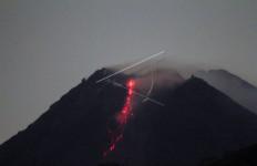 Blarrr, Gunung Merapi 9 Kali Keluarkan Guguran Lava Pijar - JPNN.com