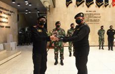 Selamat, Kapolri Jenderal Idham Azis Resmi Jadi Warga Kehormatan Kapal Selam - JPNN.com
