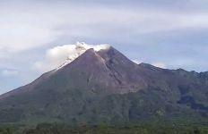 Awan Panas Gunung Merapi Meluncur ke Hulu Kali Krasak - JPNN.com