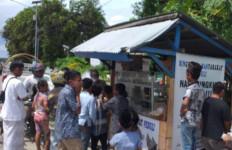 Bhabinkamtibmas Waimital Ini Dorong Masyarakat Saling Berbagi Kasih kepada Sesama - JPNN.com