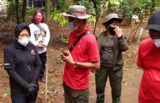 HUT ke-48 PDIP, Risma Tanam Pohon Salak dan Kecapi Bersama Komunitas Ciliwung Condet - JPNN.com