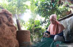 Melani Punya Omzet Rp 4 Juta per Bulan Berkat Sabut Kelapa - JPNN.com