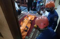 Asyik Main Bola di Pinggir Sungai Ciliwung, Fariz Hilang Terbawa Arus - JPNN.com