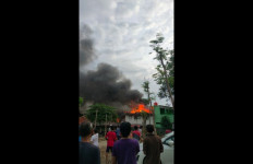 Kebakaran Menghancurkan Puluhan Rumah di Menteng Dalam Tebet, 150 Warga Mengungsi - JPNN.com