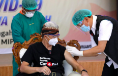 Inilah Sosok Dokter Istimewa yang Menyuntikkan Vaksin pada Ganjar Pranowo - JPNN.com