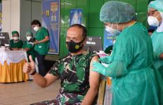 Lihat Nih, Ekspresi Mayjen TNI Ignatius Saat Disuntik Vaksin Covid-19 - JPNN.com