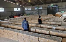 Detik-detik Menegangkan Satgas Bea Cukai Melumpuhkan Penyelundup Rokok Ilegal di Laut  - JPNN.com