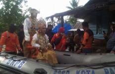 Lihat, Pengantin Baru Naik Perahu Karet di Tengah Banjir - JPNN.com