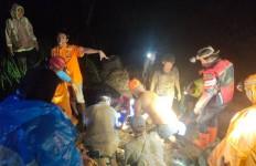 Terseret Material Longsor, Operator Alat Berat Tewas Masuk ke Jurang 20 Meter - JPNN.com