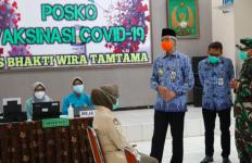 Ganjar Keliling RS dan Puskesmas, Beri Semangat untuk Nakes yang Menerima Vaksin Covid-19 - JPNN.com