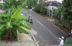 Istri Isa Bajaj Dibuntuti Pria yang Tiba-tiba Pamer Kemaluan, Terekam CCTV - JPNN.com