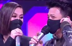 Agnez Mo dan Ariel Noah Saling Tulis Nama Panggilan di Jari Masing-masing, Ada Tanda Love, Cie.. - JPNN.com