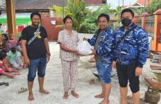 Bantu Korban Banjir, KNPI Serahkan Bantuan Sembako - JPNN.com