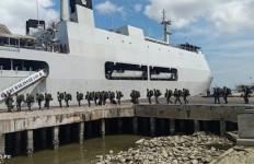 KRI Makassar-590 BKO Kolinlamil Angkut Pasukan Pengamanan Perbatasan Papua - JPNN.com