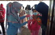 Korban Banjir Bandang Puncak Bogor Trauma, Melamun, Sesekali Meneteskan Air Mata - JPNN.com