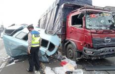 4 Kendaraan Kecelakaan Beruntun di Jalur Pantura Cirebon, Sampai Kayak Begini - JPNN.com