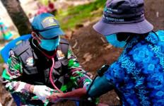 Tim Medis TNI AL Tangani Puluhan Korban Gempa di Pulau Karampuang - JPNN.com
