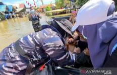 Tim Kesehatan TNI AL Memberikan Layanan Kesehatan untuk Korban Banjir Kalsel - JPNN.com