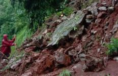 Lihat, Tebing di Pesona Jatisari Bekasi Longsor - JPNN.com