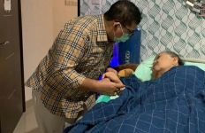Momen Mengharukan Fadli Zon Temani Ibunda yang Terbaring Sakit - JPNN.com
