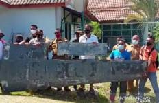 Penemuan Benda Mirip Serpihan Sayap Pesawat Bikin Heboh, Prajurit TNI AL Turun Tangan - JPNN.com