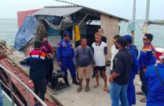 Lima ABK Diduga Masih Terjebak di Kapal yang Tenggelam setelah Tabrakan di Laut - JPNN.com