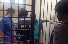 Satu Wanita dan Dua Pria Tak Berkutik Saat Digerebek Petugas - JPNN.com
