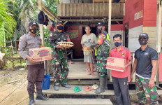 Personel Satgas Pamtas Yonif 642 Bagikan Sembako Kepada Warga Terdampak Banjir - JPNN.com