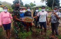 Keren, Aksi Personel Satgas TNI dan Warga di Perbatasan Patut Dicontoh - JPNN.com