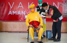 Lihat Nih Gaya Nyentrik Pak Ganjar saat Terima Vaksin Covid-19 Tahap II - JPNN.com