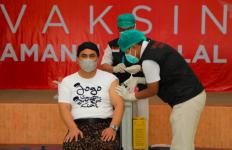 Gus Yasin Pakai Kaus Unik saat Menemani Ganjar, Ternyata ada Makna Tersembunyi - JPNN.com