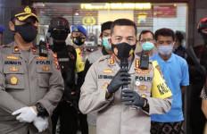 Emosi Meluap, 2 Pemuda Menghajar Petugas Pemakaman Pasien COVID-19 - JPNN.com