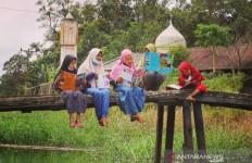 Anak Didik Rumah Pintar Punggur Cerdas Bersemangat Belajar di Alam Terbuka - JPNN.com