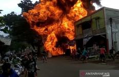 Polisi Turun Tangan Selidiki Kebakaran Gudang Berisi Puluhan Drum BBM - JPNN.com